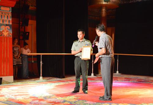 北京军区某部队领导肖钦(原国家奥运体操冠军)上台讲话