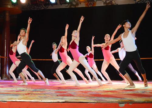 男女生共同展示舞蹈功底