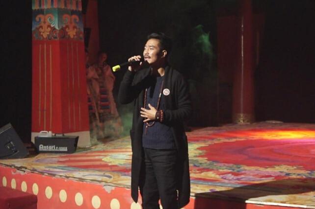 善基金爱心大使著名藏族歌手德格叶献上精彩表演