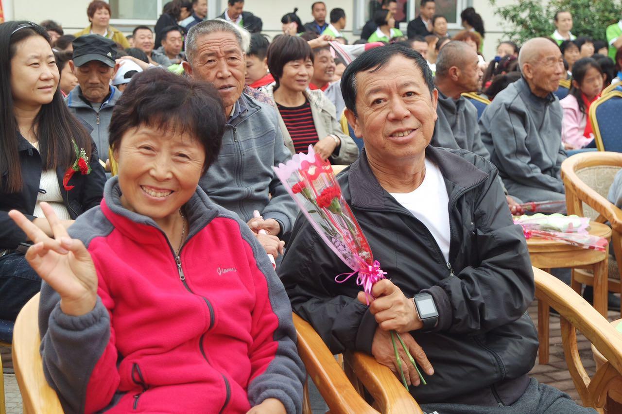 妈妈爸爸在安养中心的快乐生活